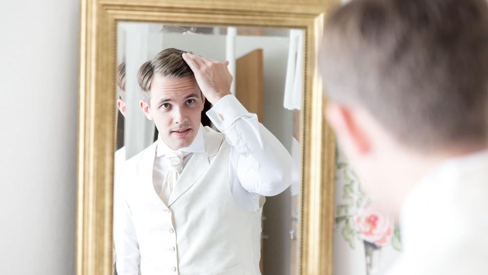 Brudgummen med Fröken Foto frokenfoto.se bröllopsfotograf  Horred Varberg Kungsbacka Göteborg (15)2.jpg