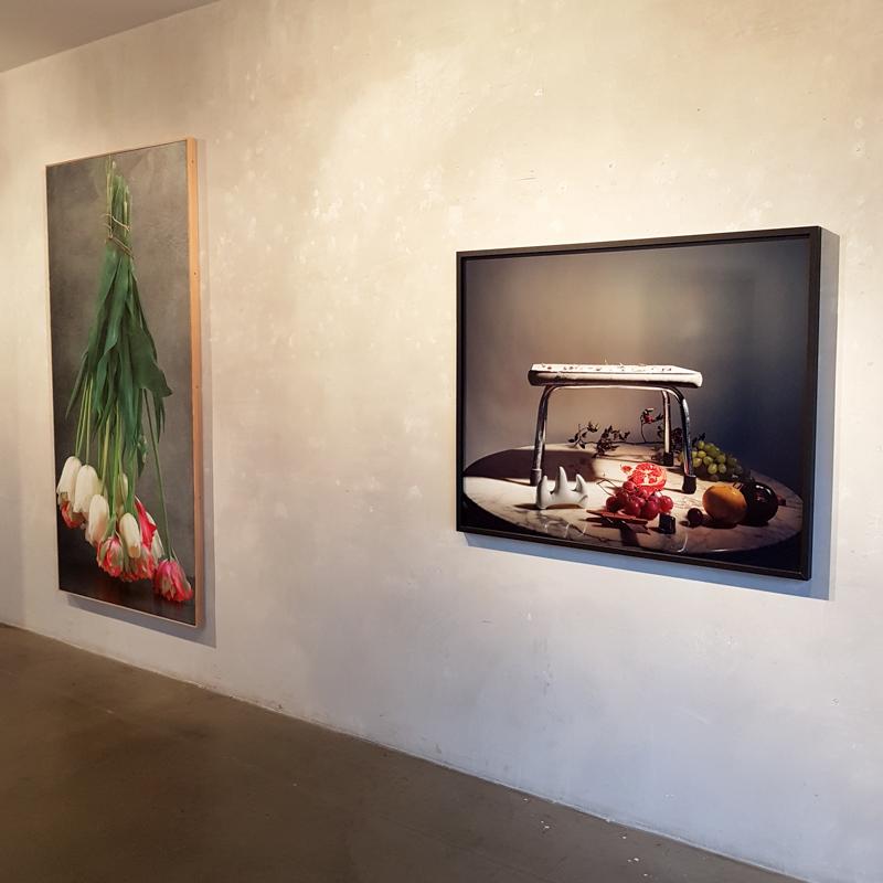 Weisse und rote Tulpen hängen, Maurice Ducret   La Curée de Lilith, Nadin Maria Rüfenacht