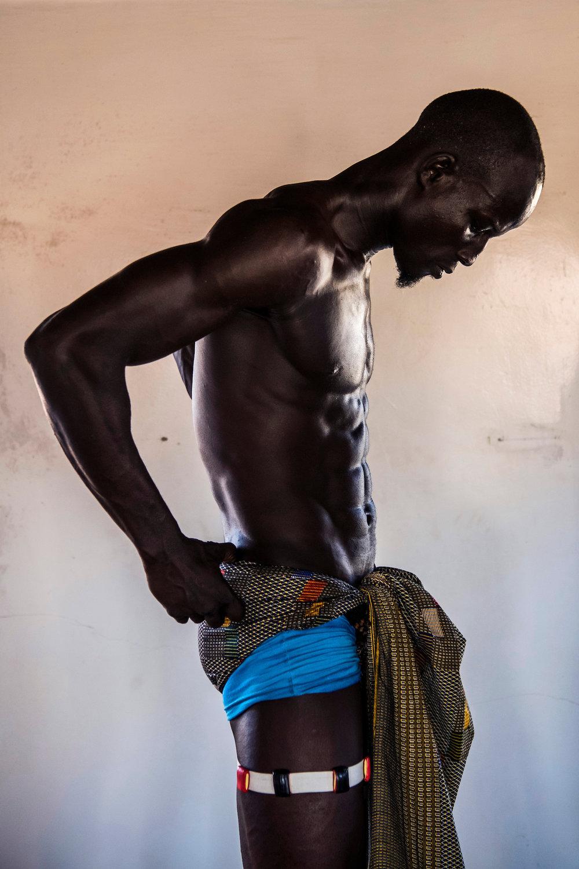 4. November 2017. Kurz bevor Kherou Ngor zum Turnier zu gehen, zieht er im Haus seines Onkels seine Gris-gris Amulette an, die ihn beim bevorstehenden Kampf Kraft geben und ihn vor der Voodoo-Magie seines Gegners schützen sollen. Alle Ringer im Senegal tragen diese Art von Amuletten.