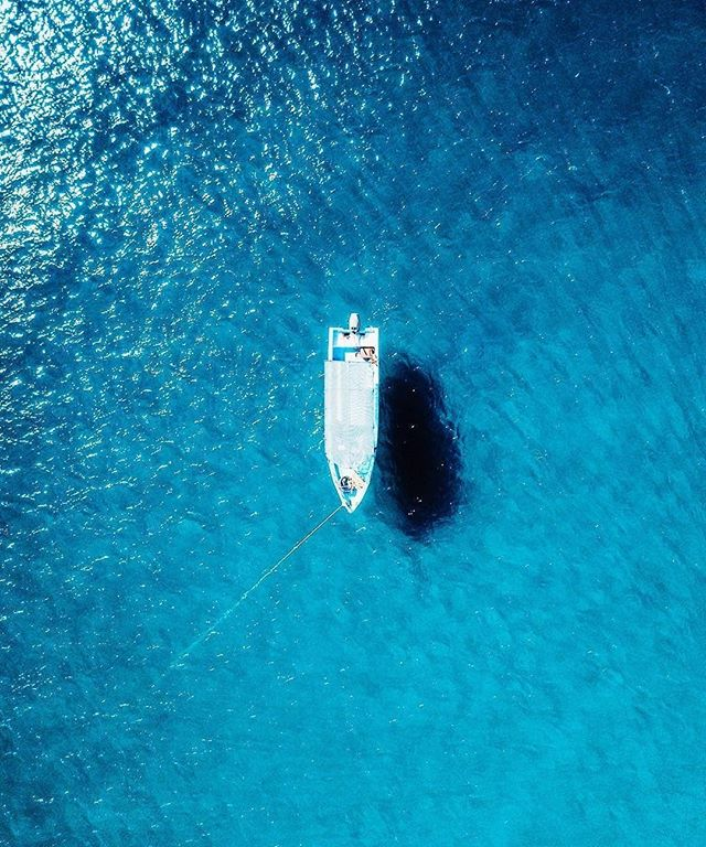 Surrounded by our favourite color 💙 💦 . . . . . . . #digitalnomad #remotelife #remotework #freelancelife #remoteyear #wifilifestyle #travel #startupgrind #coworking #coliving #digitalnomadgirls #travellerswhowork #remoteoffice