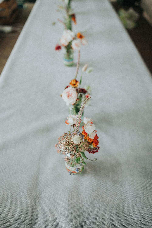 Tischdekoration Blumen auf weißer Tischdecke