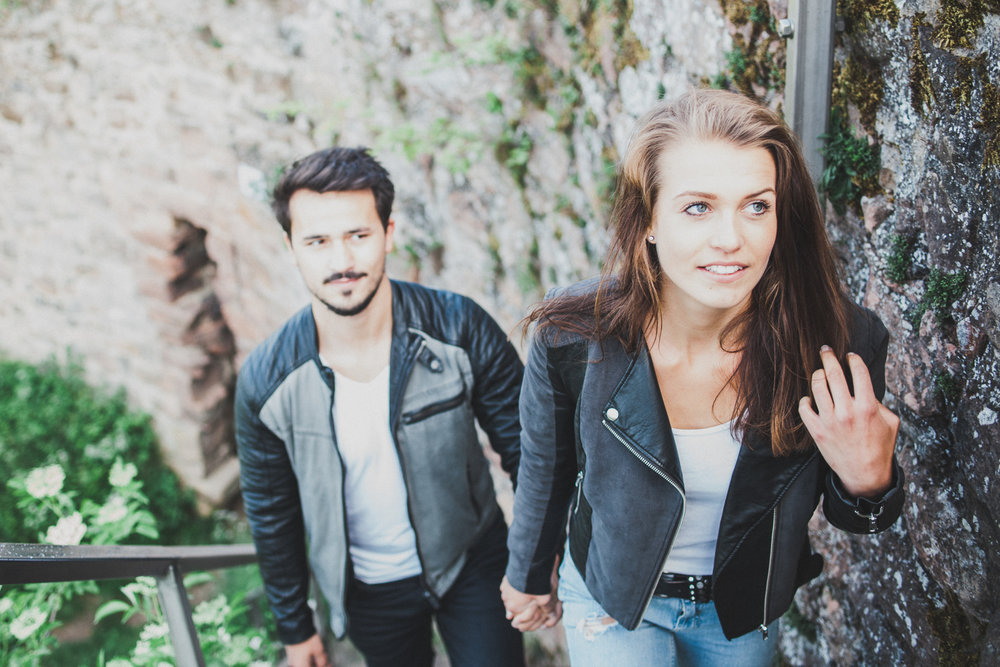 Mann und Frau Hand in Hand
