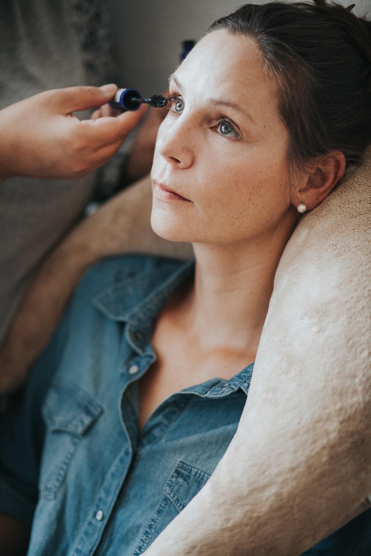 Getting Ready Frau schminkt Maskara