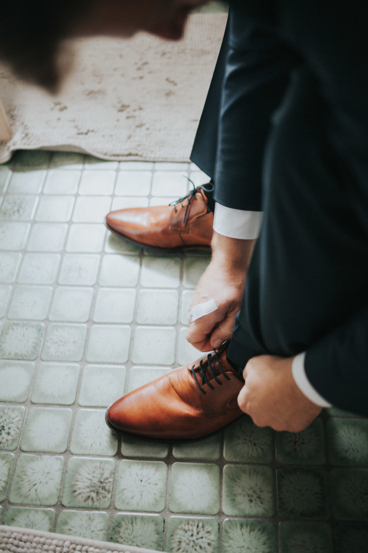 Getting Ready Mann bindet Schuh