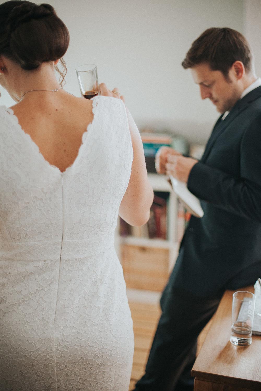 Braut trägt weißes Brautkleid