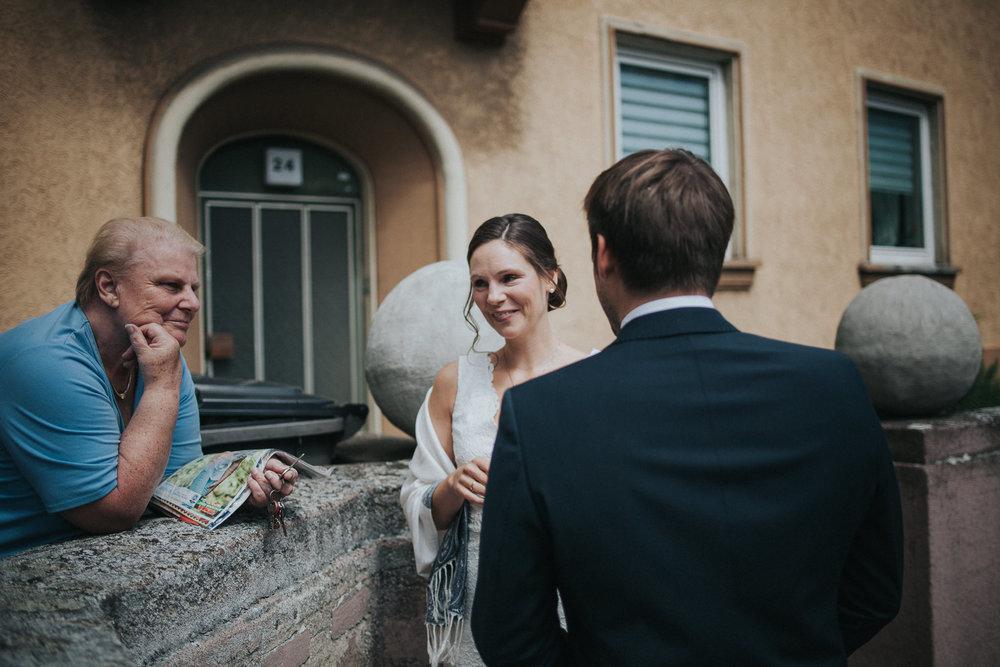 Brautpaar spricht mit Nachbar
