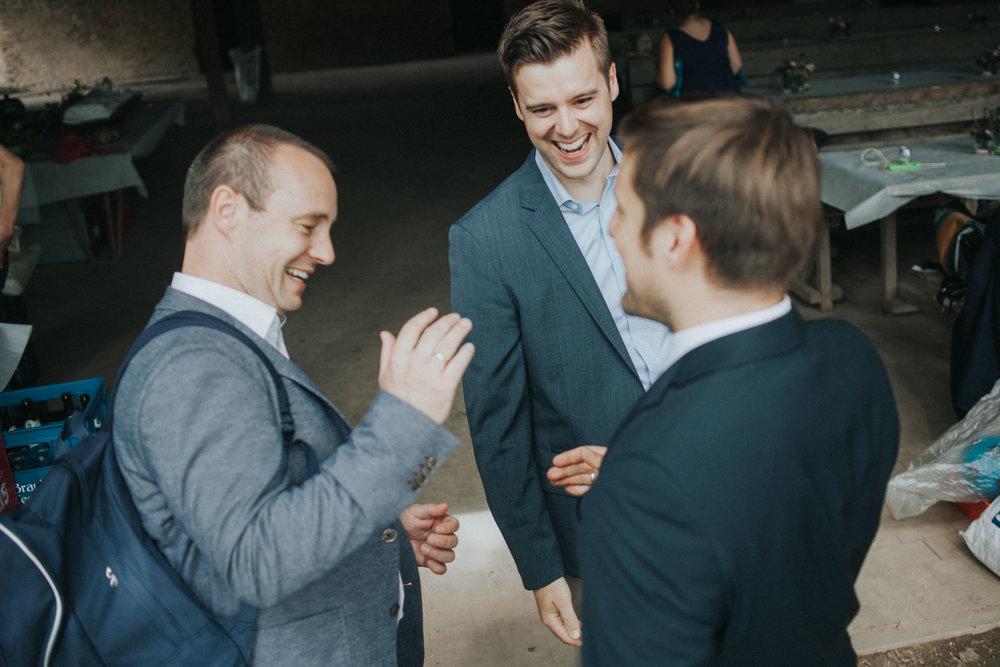 Drei Männer begrüßen sich