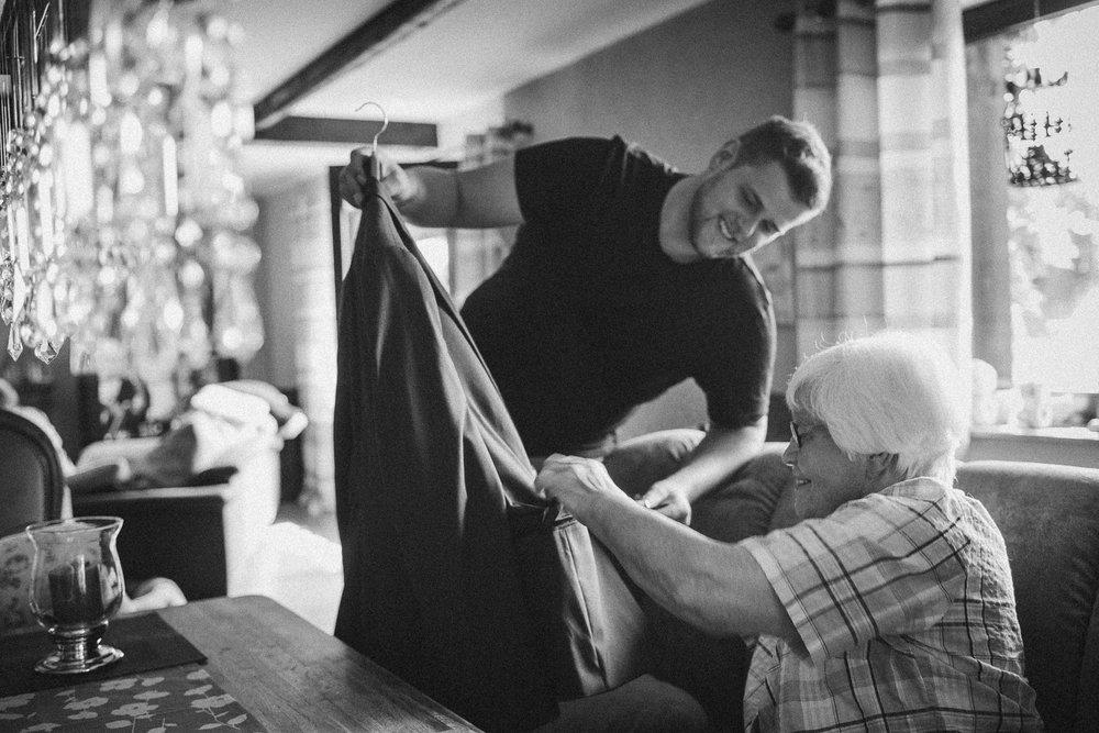 Bräutigam und Oma bereiten Sakko vor