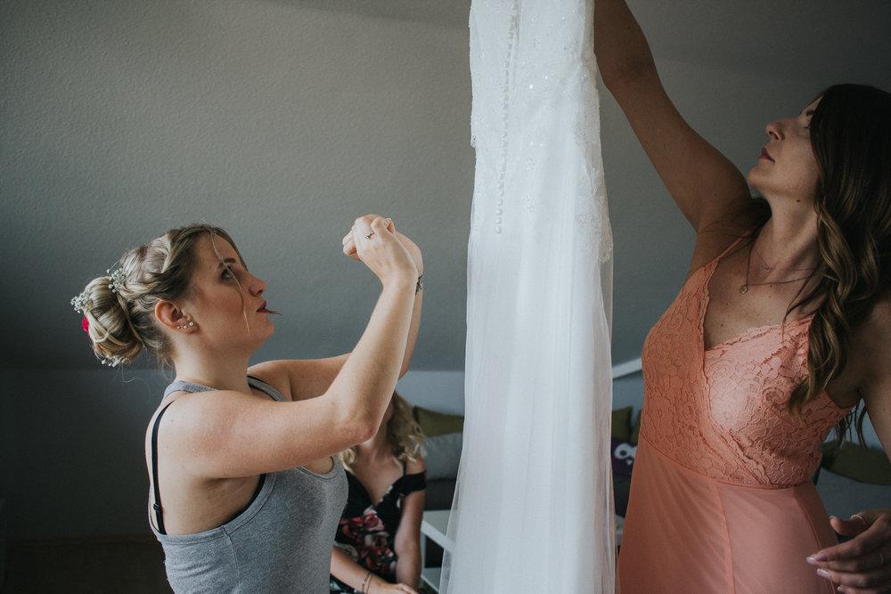 Braut nimmt Hochzeitskleid