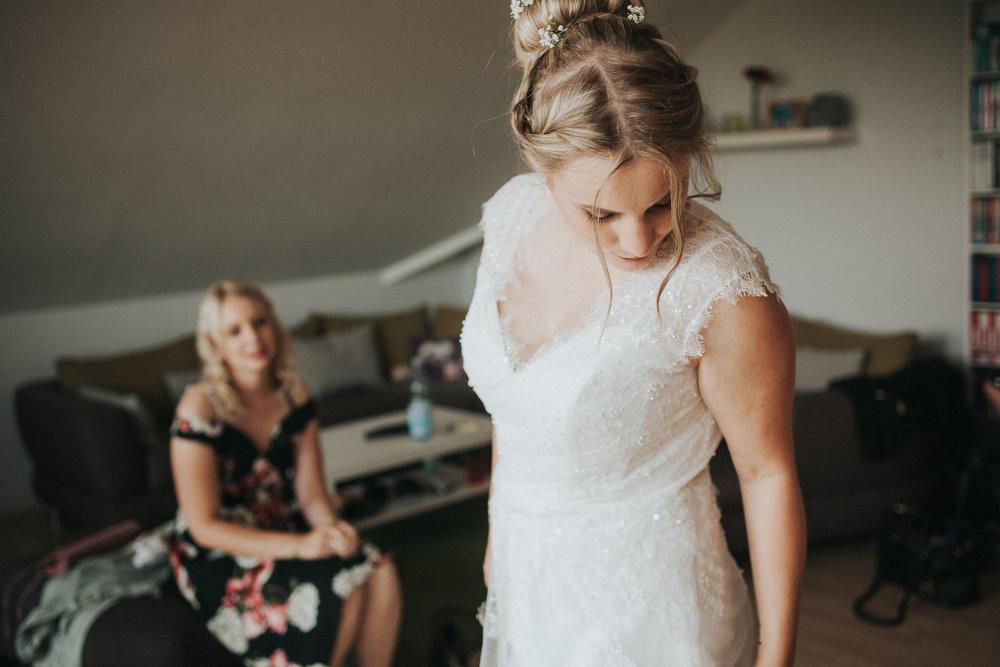 Braut begutachtet sich
