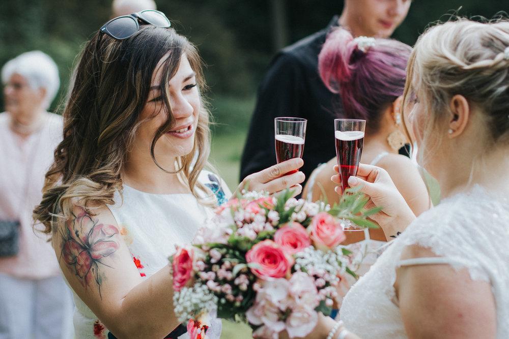 Freundin stößt mit Braut an