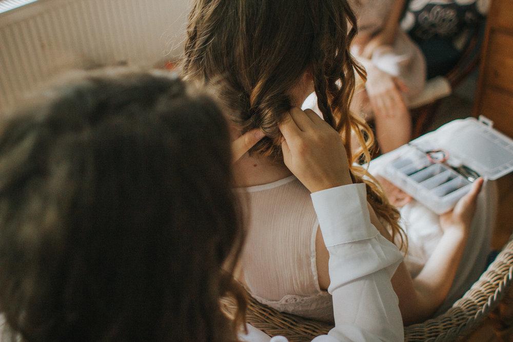 Braut wird die Frisur gemacht