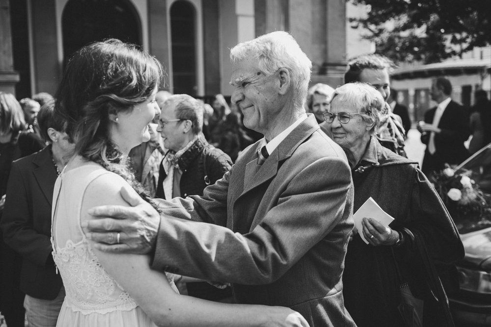 Großvater gratuliert Braut