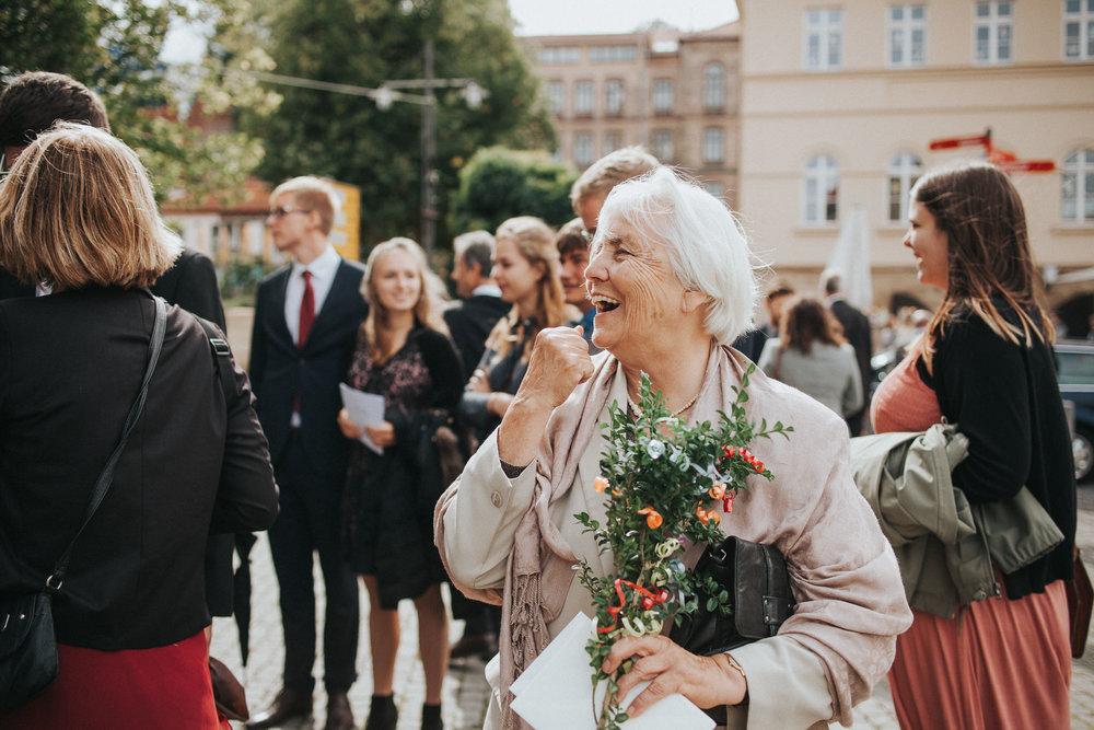 Großmutter freut sich für das Brautpaar