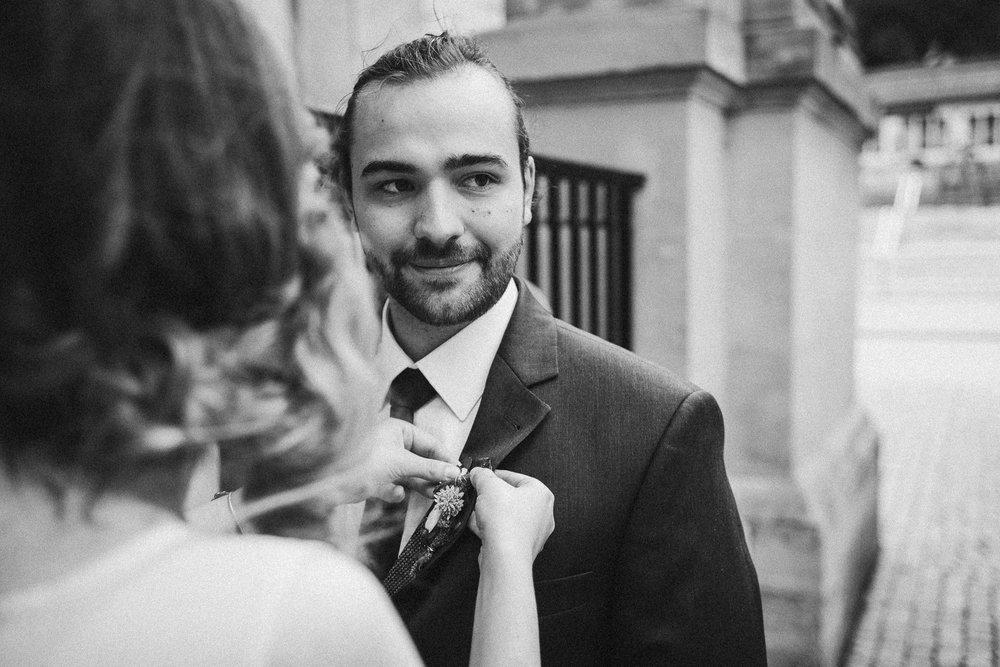 Braut richtet Bräutigams Revert