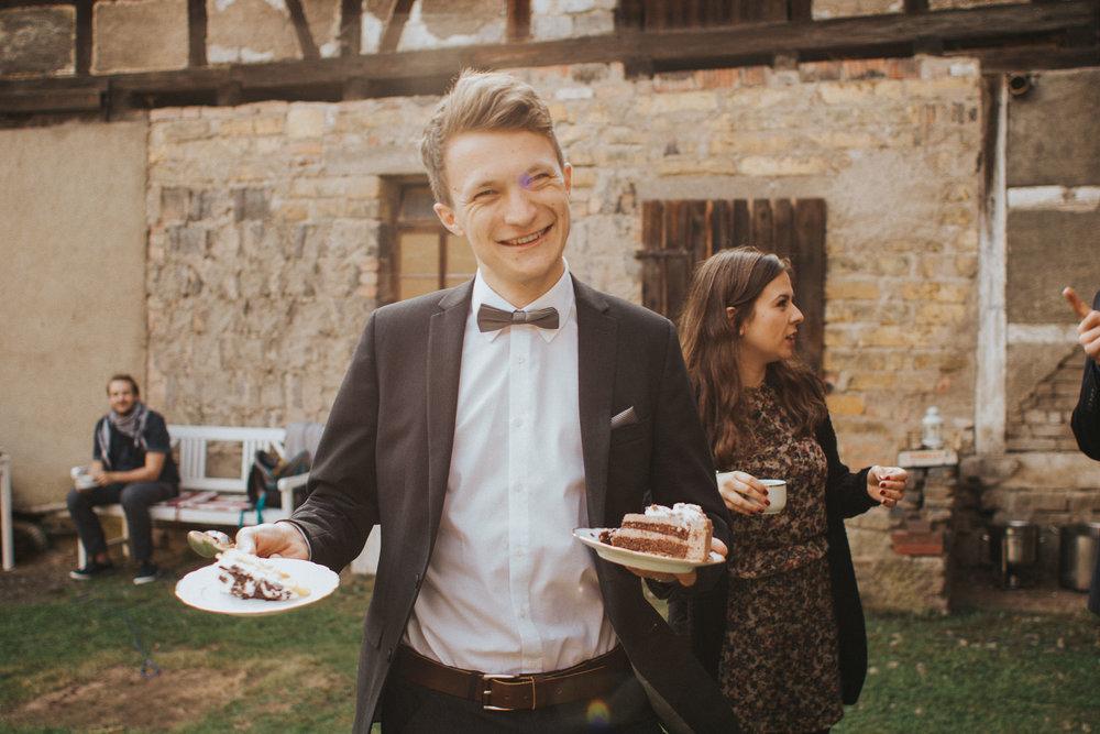 Gast mit Hochzeitskuchen