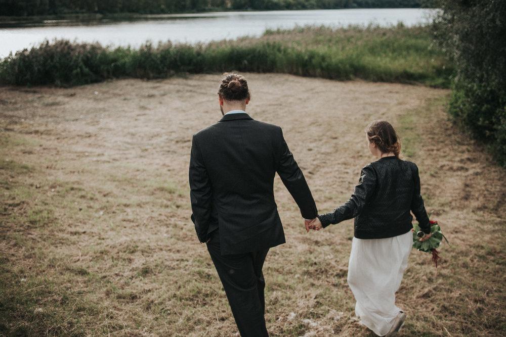 Brautpaar läuft zum See