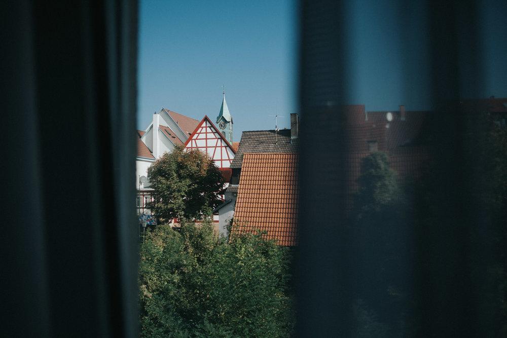 Blick aus dem Fenster auf Kirchturm