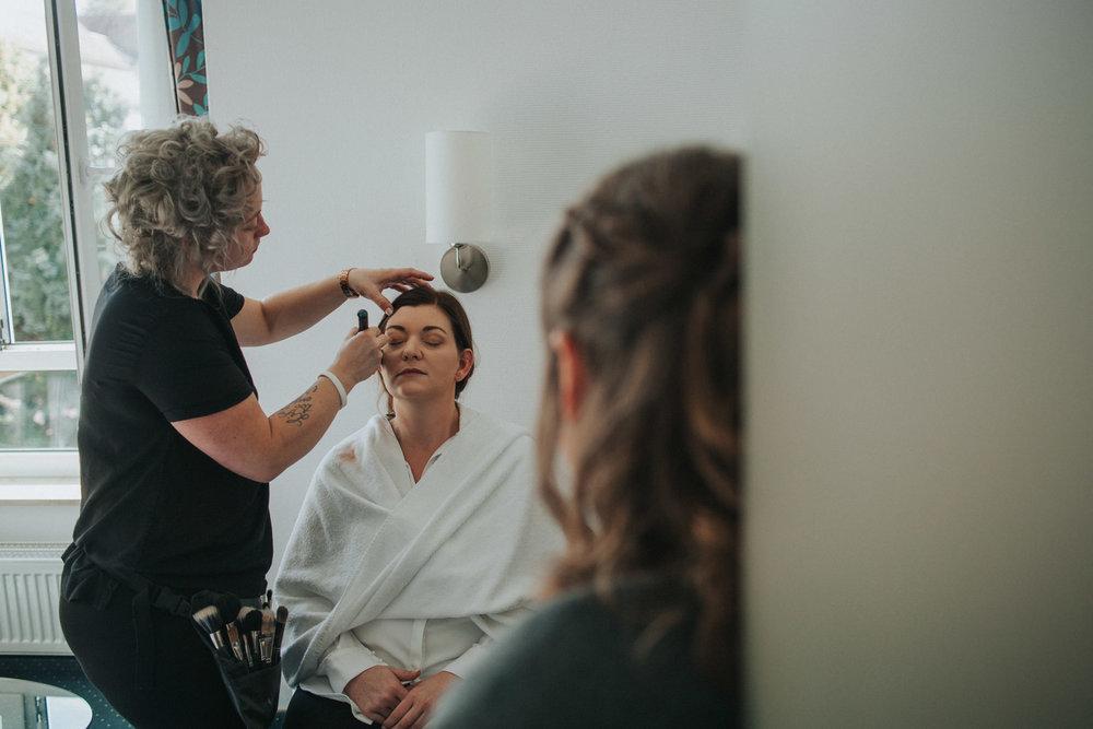 Braut wird von Make-Up Stylistin geschminkt