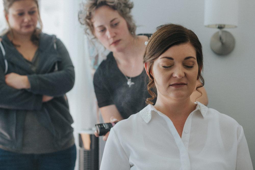 Frisur der Braut wird mit Haarspray fixiert