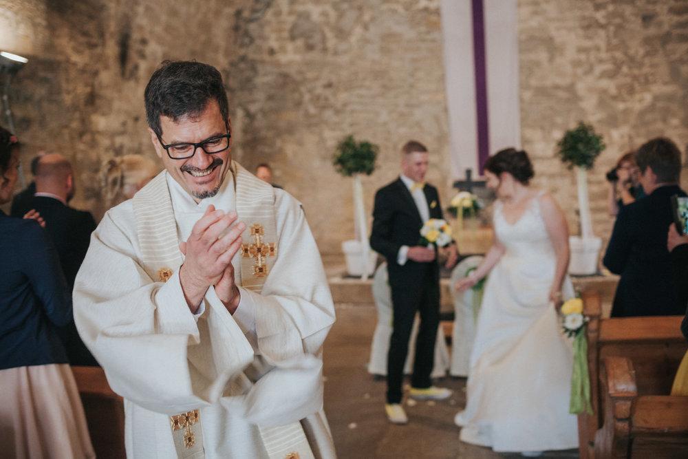 Pfarrer klatscht in die Hände