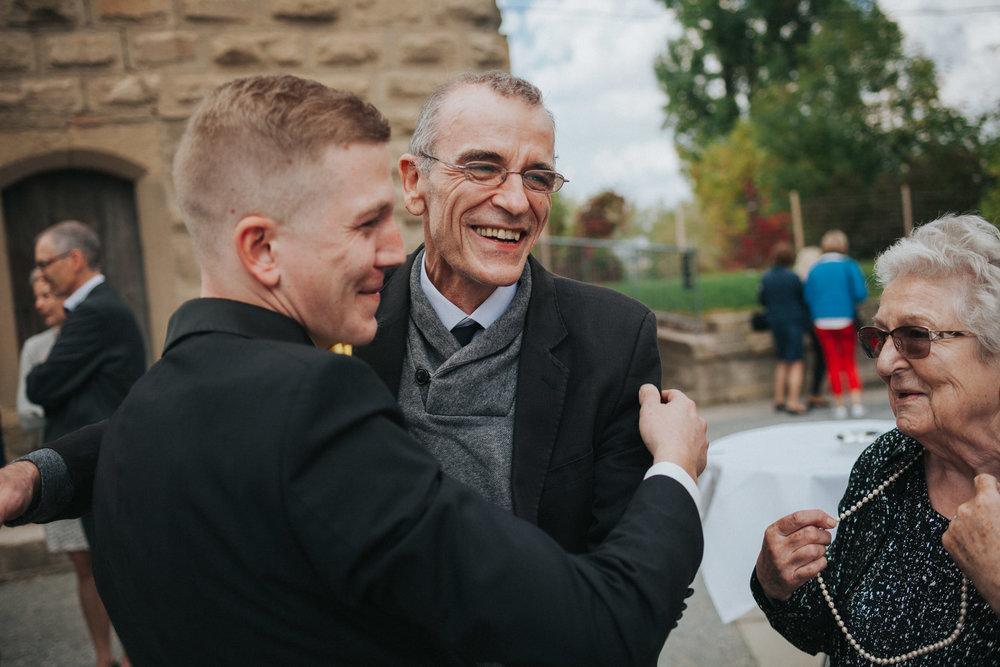 Vater und Großmutter gratulieren dem Bräutigam