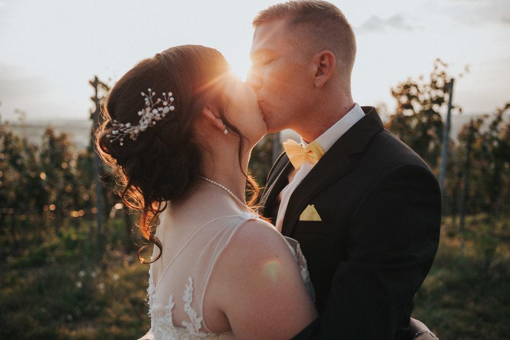 Brautpaar küsst sich bei Sonnenuntergang