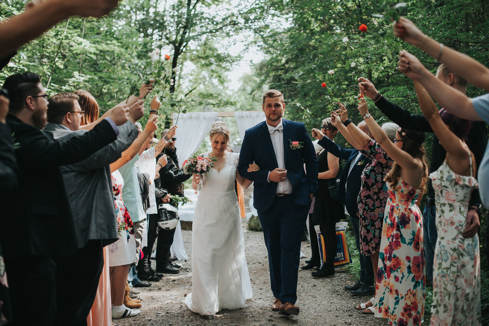 Brautpaar durchschreitet ein Spalier