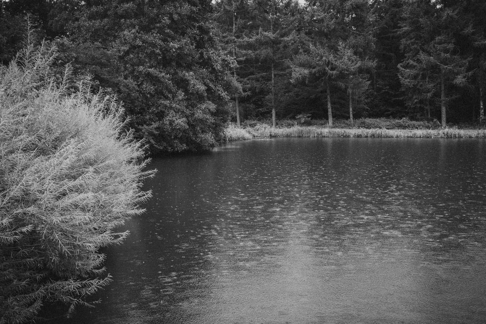 See mit Regentropfen auf der Wasseroberfläche