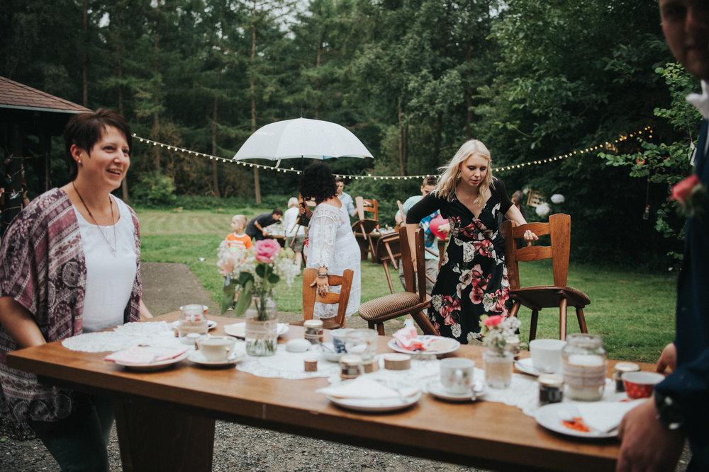 Hochzeitsgäste tragen Tische