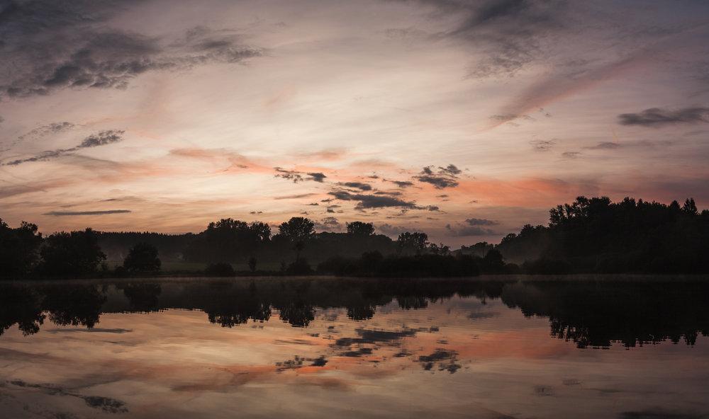 Sonnenuntergang über dem Weiher in Seck