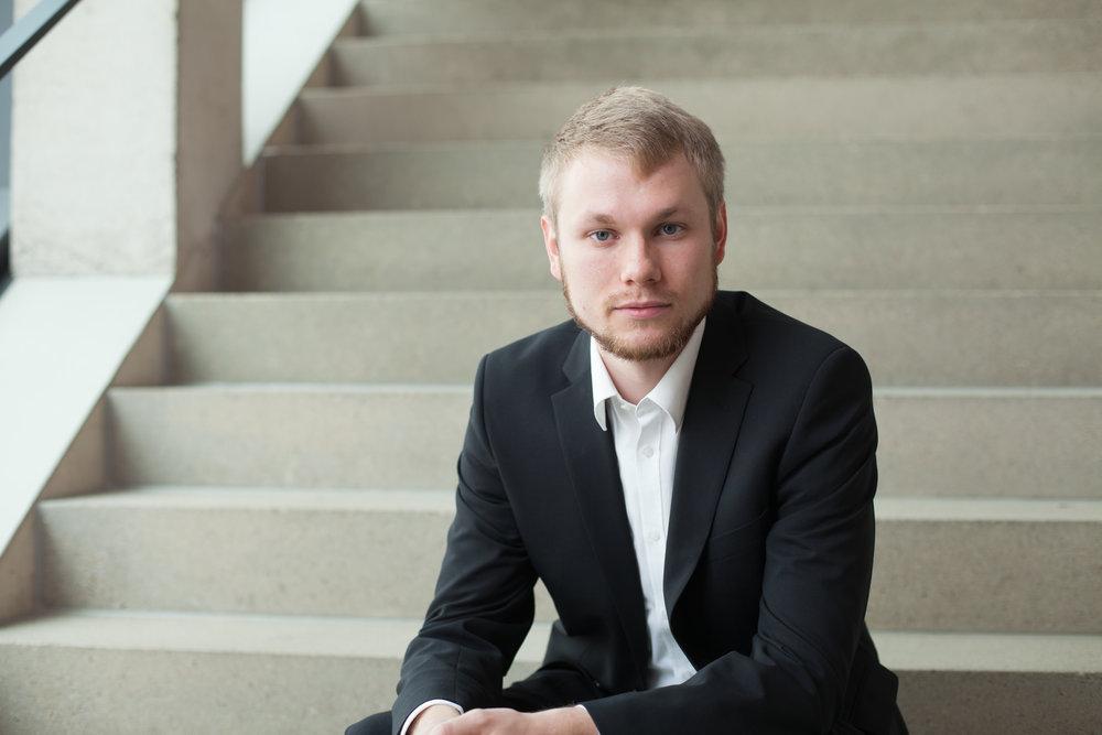 Mann in Anzug auf einer Treppe