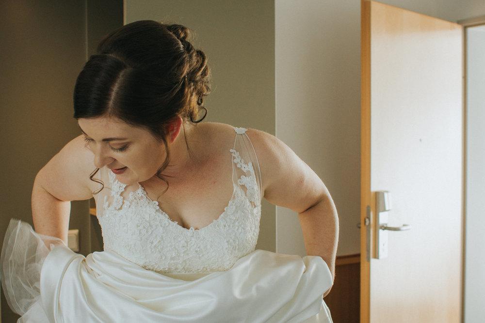 Braut zieht Brautkleid an