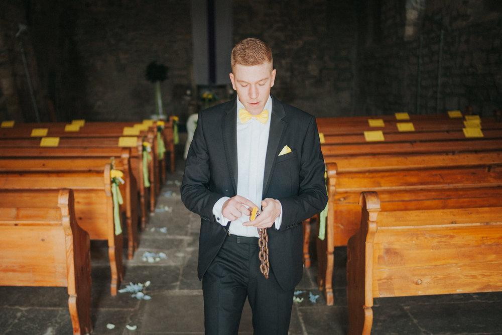 Bräutigam bereitet Kirche vor