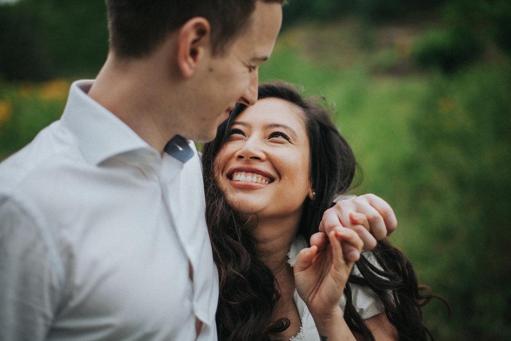 Frau wirft ihrem Mann einen glücklichen Blick zu