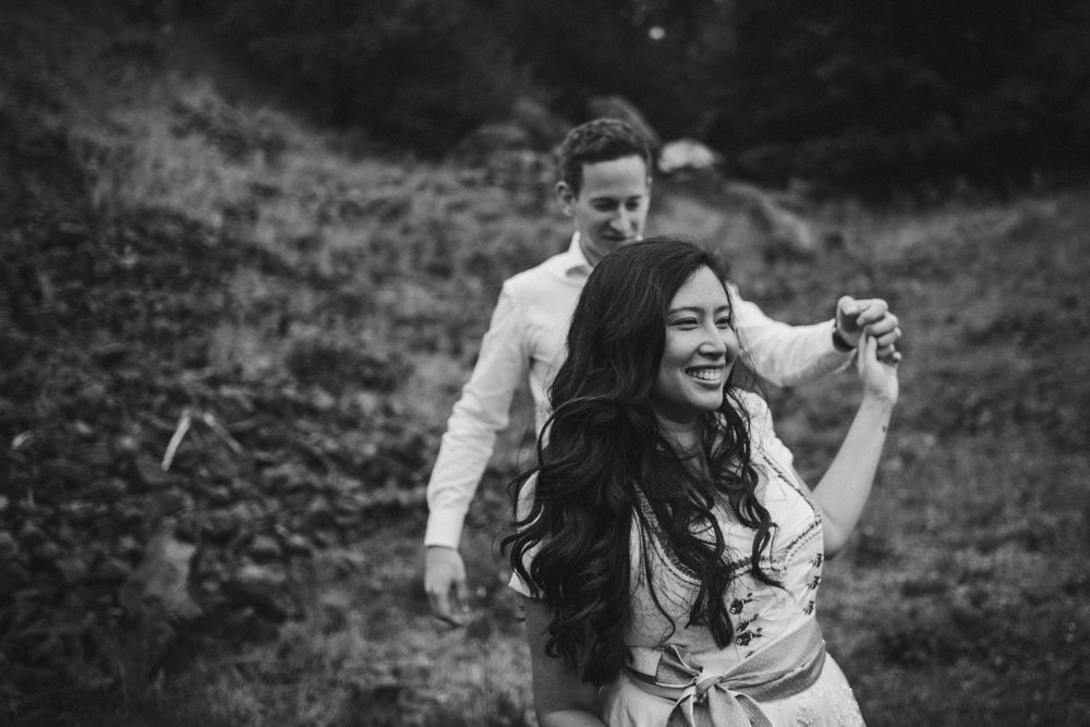 Frau führt ihren Mann an