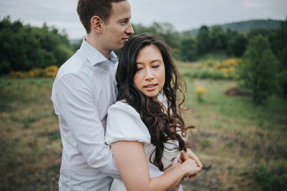 Mann umarmt seine Frau