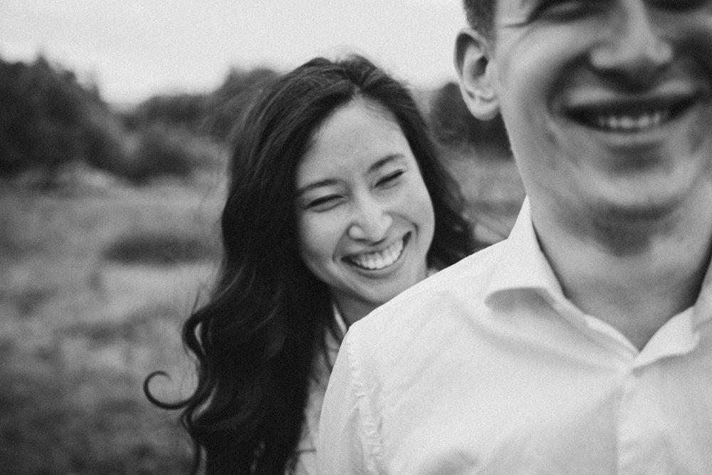 Frau lächelt in Schwarz Weiß