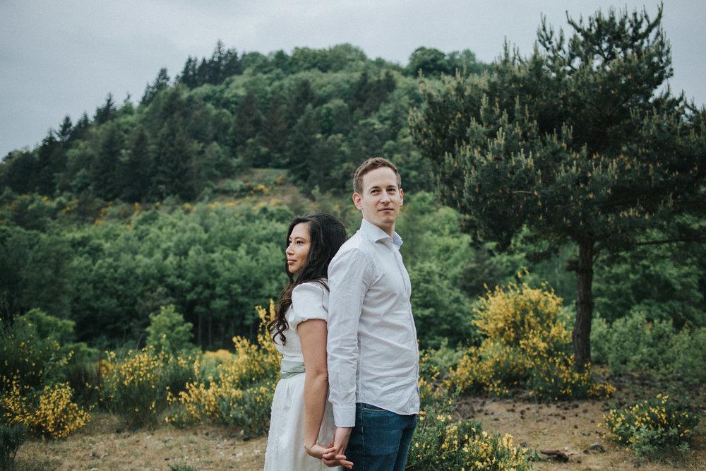 Paar steht Rücken an Rücken