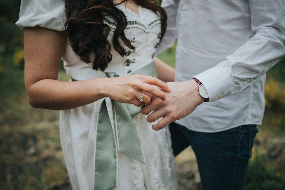 Frau hält die Hand des Mannes