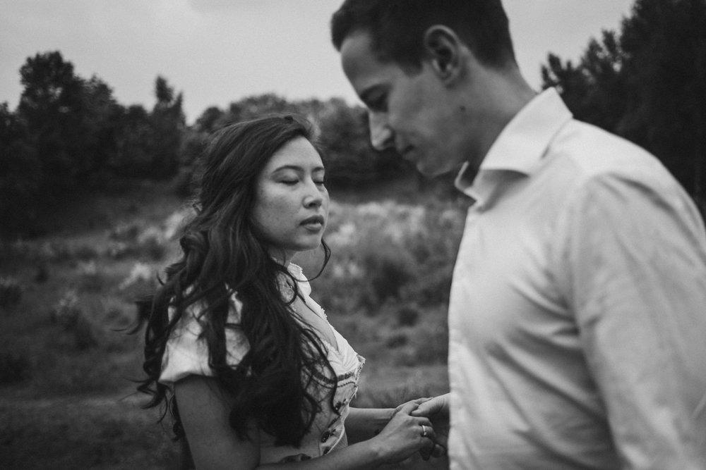 Frau mit geschlossenen Augen und Mann
