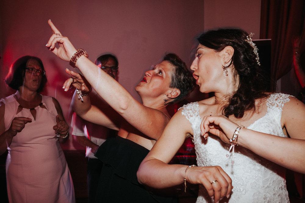Braut und Freundin feiern