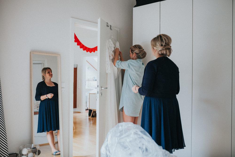 Braut packt Kleid aus