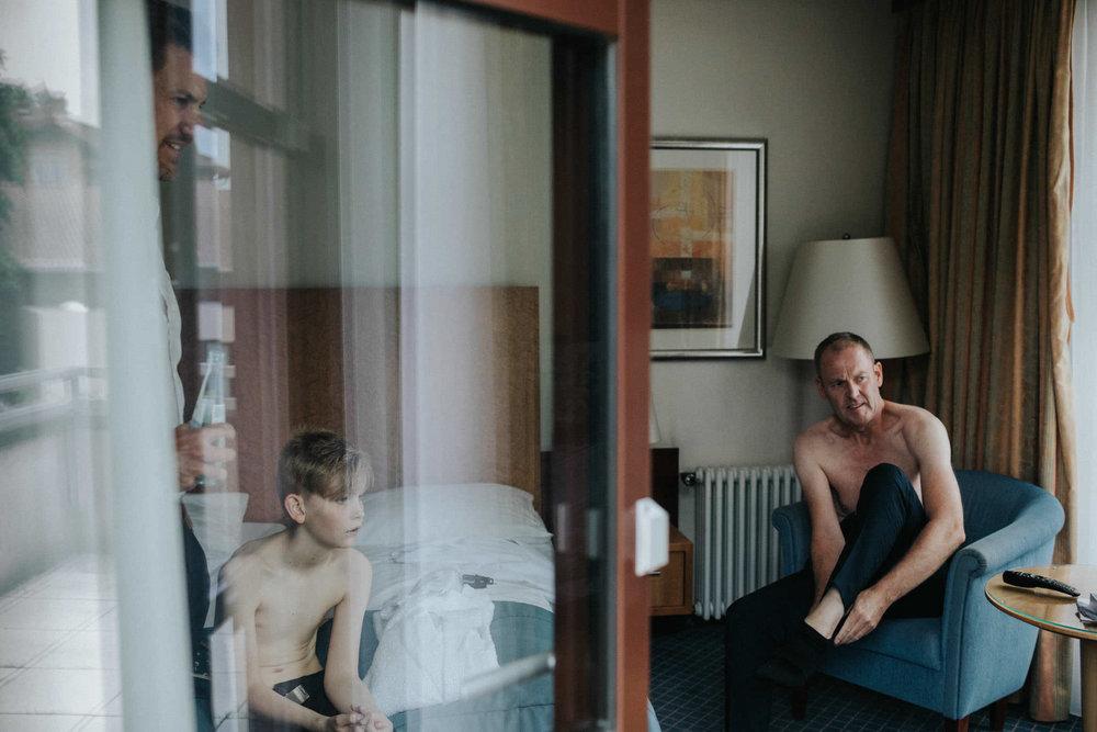 Bräutigam mit Trauzeuge in Hotel Maritim