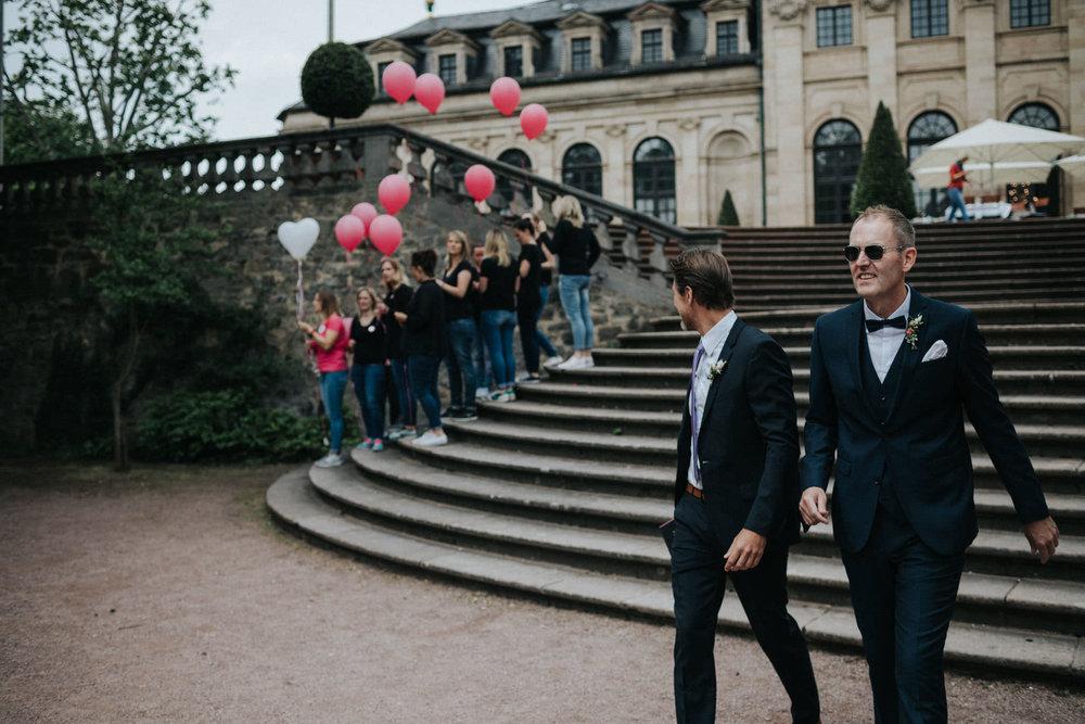 Bräutigam und Trauzeuge vor Orangerie Fulda