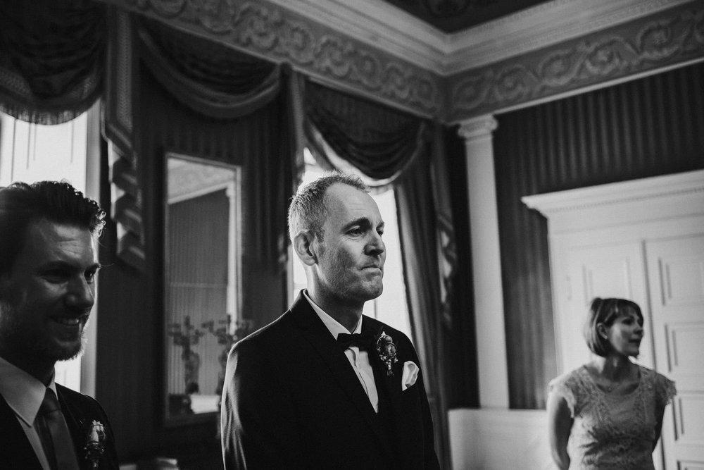 Bräutigam erblickt die Braut im Standesamt Fulda