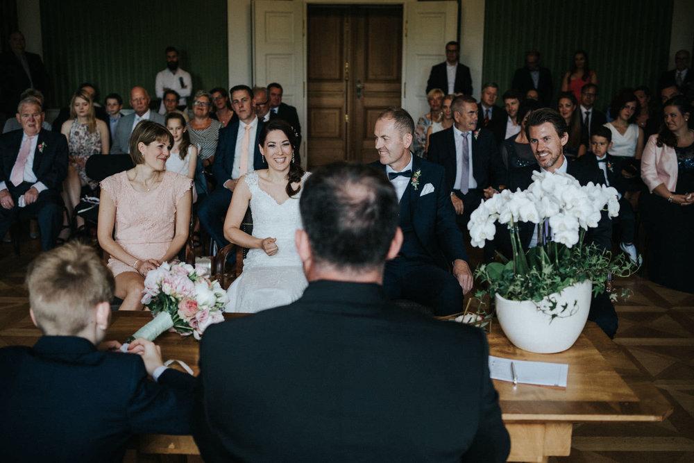Lachendes Brautpaar im Standesamt Fulda