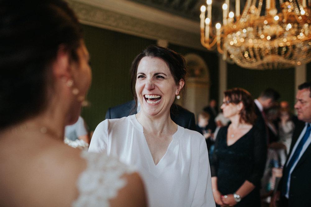 Lachender Hochzeitsgast gratuliert