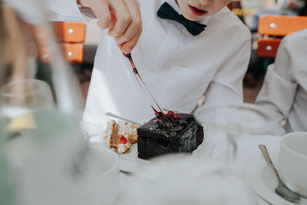 Junge isst Schokokuchen mit Glasur