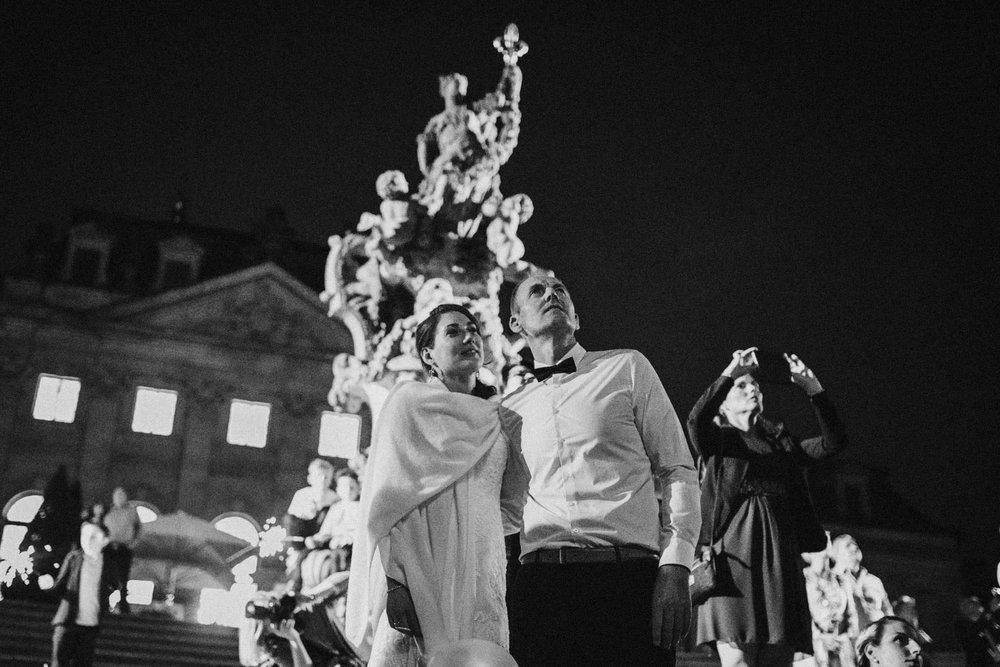 Brautpaar steht vor der Orangerie Fulda in der Nacht